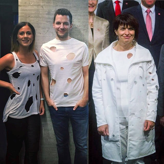 Zwei Personen in durchlöcherten Shirts, daneben Doris Leuthard in ihrem vieldiskutieren Designerkleid