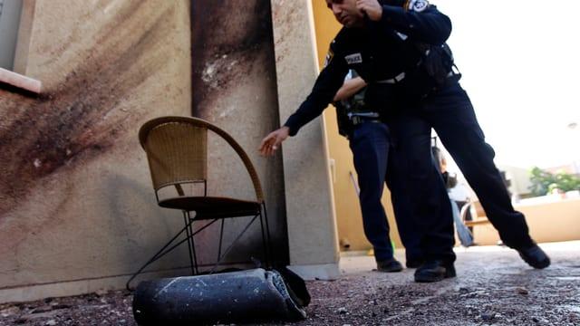 Das Überbleibsel der eingeschlagenen Rakete in einem Innenhof in Sderot.