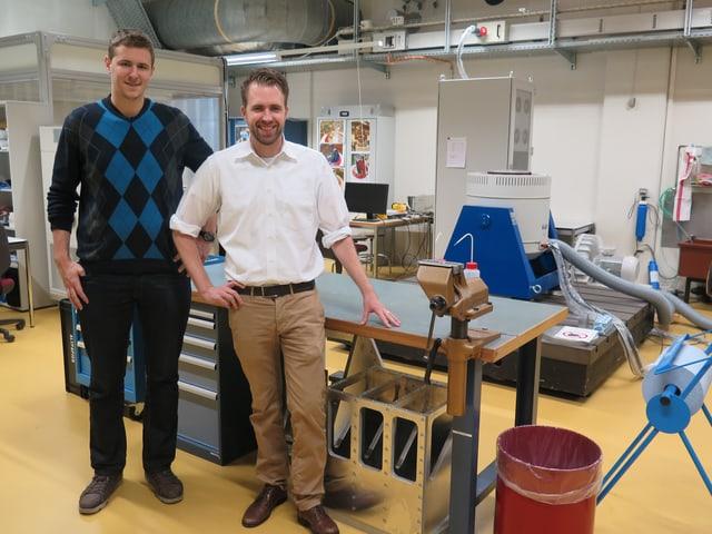Zwei Männer stehen in einem Labor