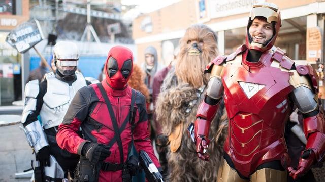 Eine Gruppe von verkleideten Superhelden steht auf dem Bundesplatz.