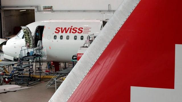 Flugzeuge im Hangar während Reparatur