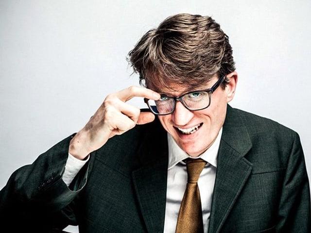 Porträt von Edward Rushton, mit der rechten Hand greift er zur brille auf seinem Gesicht.