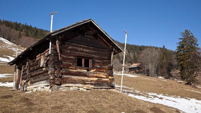 Holzhütte am Hang im Winter, Schneemangel