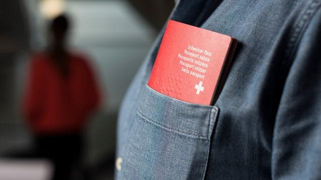 Ein Schweizer Pass steckt in einer Brusttasche eines Mannes.