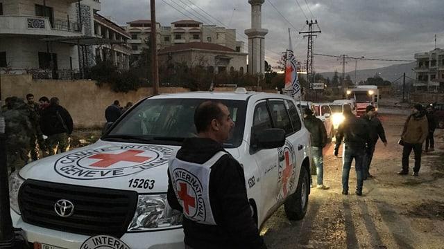Collavuraturs da la Crusch Cotschna e da la Mesaglina cotschna siriana a Madaja durant l'arrivada dal convoi.