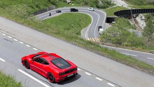 Roter Ferrari auf der kurvigen Strasse zwischen Göschenen und Andermatt.