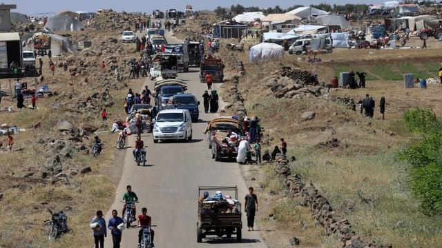 Flüchtlinge auf und an einer Strasse