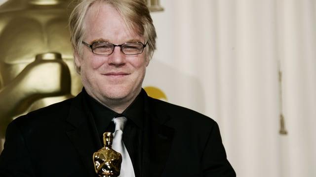 Hoffman mit einem Oscar in der Hand.