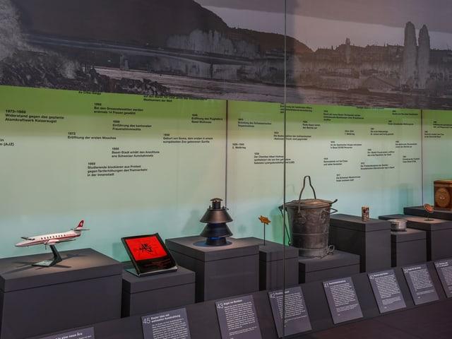 Ausstellungsansicht, Objekte in Vitrine
