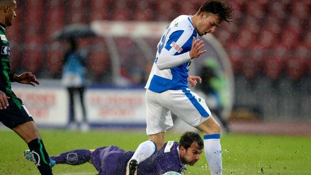 Haris Tabakovic gewinnt das Duell gegen Daniel Lopar.