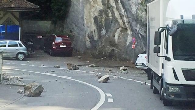 Grosse Steine auf einer Strasse.