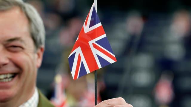 Nigel Farage mit britischem Fähnchen.