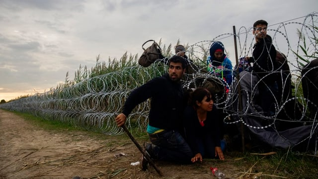 Migrants surmuntan il cunfin tranter l'Ungaria e la Serbia ch'è segirà cun fildarom.