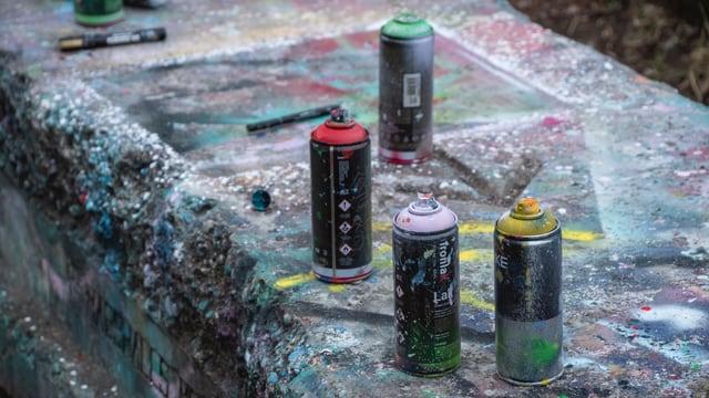 Spraydosen auf einer Mauer