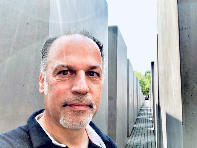 Peter Voegeli beim Holocaust Denkmal in Berln
