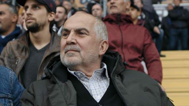 Ein Zuschauer im Wankdorf-Stadion. Es ist der türkische Vater von Fedayi San, dem Schiedsrichter.