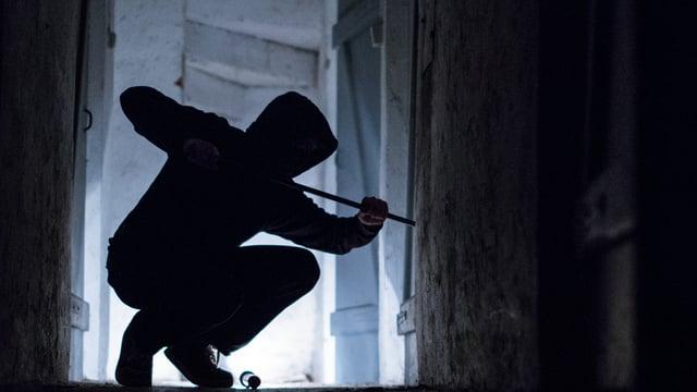 Einbrecher mit dunkler Kapuze.