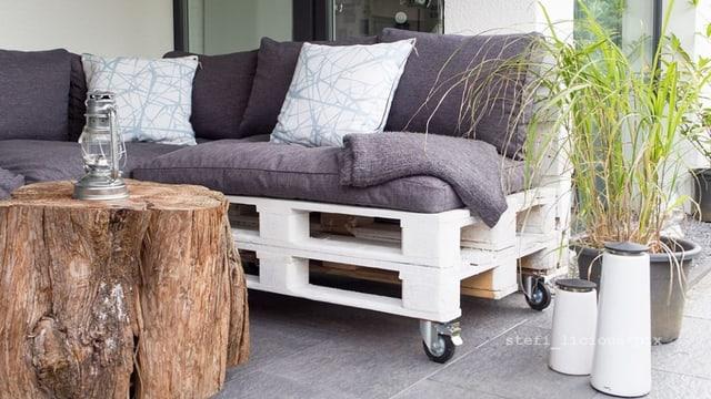 Das Palettensofa ist die günstige Variante, wenn du gerne eine Lounge hättest.