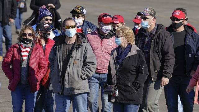 Amerikaner tragen Masken.