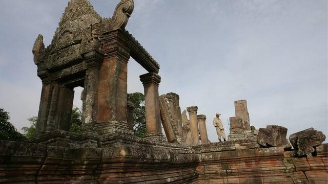 Ein Soldat steht in den Ruinen der Tempelanlage von Preah Vihear.