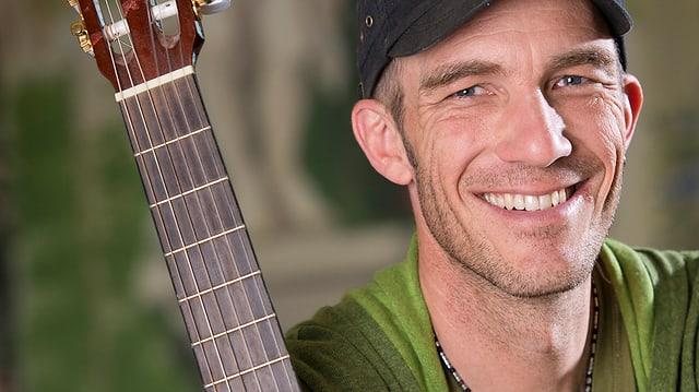 Der Sänger Andrew Bond mit Gitarre.