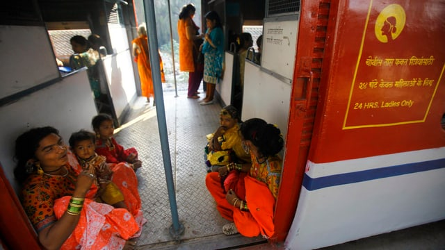Bus in Indien mit Frauen darin.