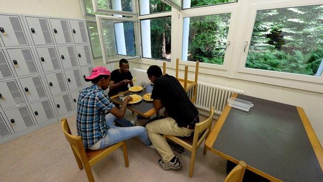 Asylsuchende beim Essen