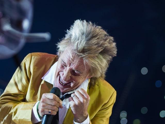 Rod Stewart auf Bühne mit Mikrofon nah