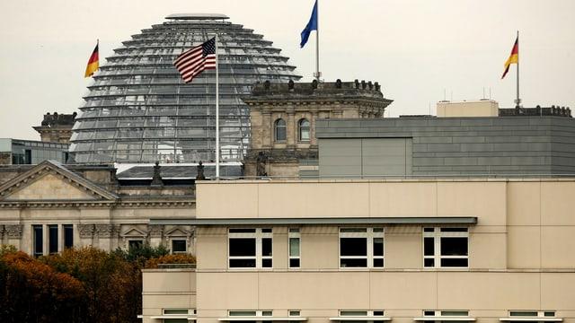 Die US-Botschaft in Berlin vor dem Reichstag.