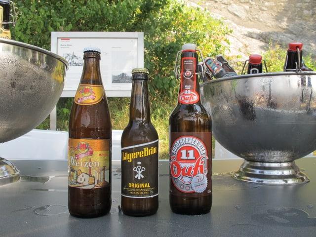 Drei Flaschen Bier von je einem der regionalen Brauereien stehen bereit für den Apero nach der Unterzeichnung.