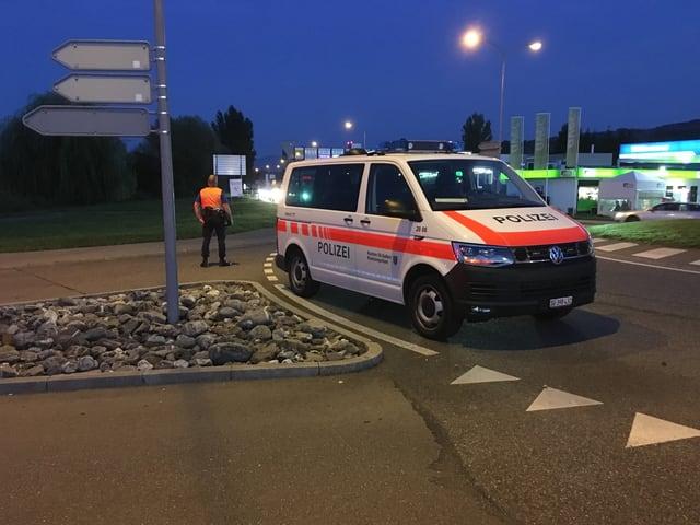 Polizeifahrzeug in Kreisverkehr
