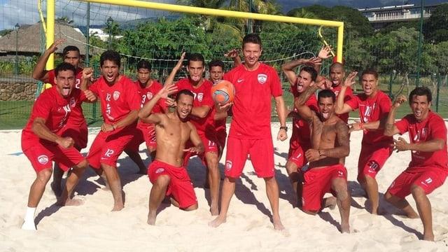 Angelo Schirinzi, auf dem sandigen Spielfeld mit dem tahitianischen Beachsoccerteam.