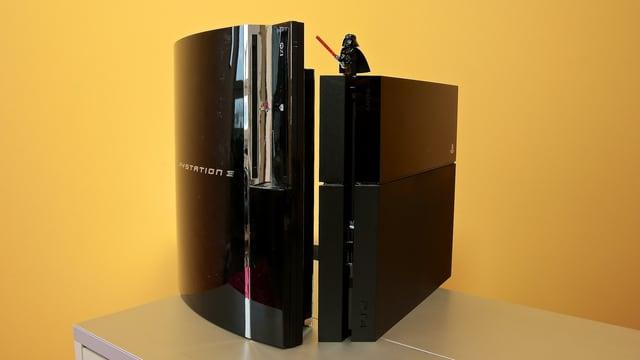Die alte Playstation 3 ist deutlich grösser als die neue Playstation 4.