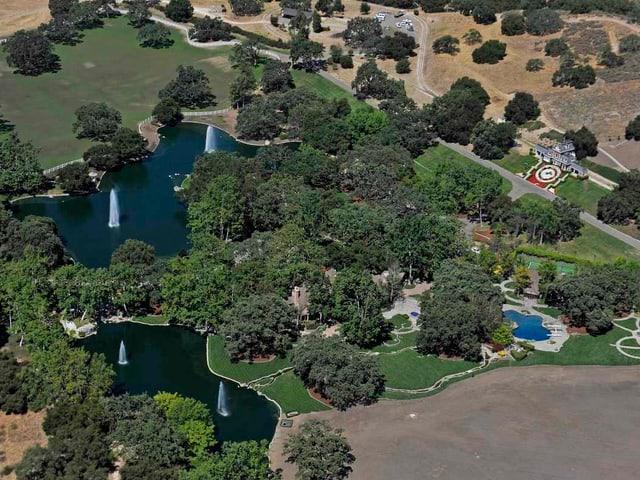 Luftansicht auf das Anwesen mit den beiden Seen