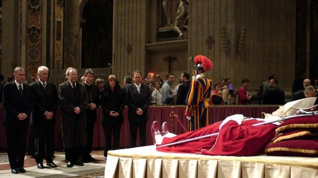 Öffentliche Aufbahrung von Papst Johannes Paul II. im Jahr 2005.