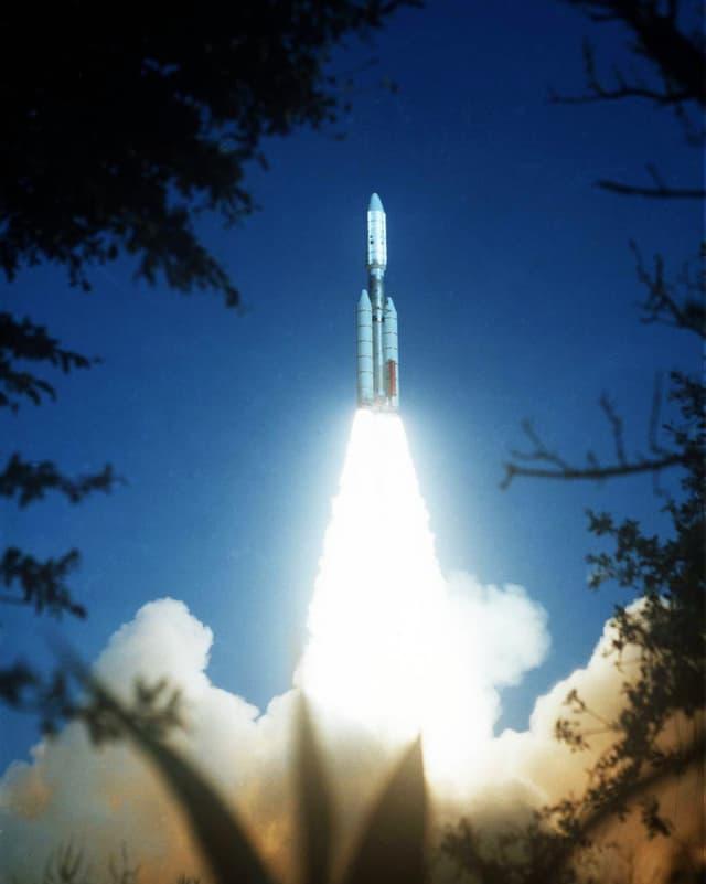 Rakete schiesst in die Höhe.