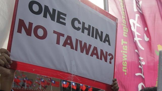 Schild mit der Aufschrift «One China – No Taiwan?»