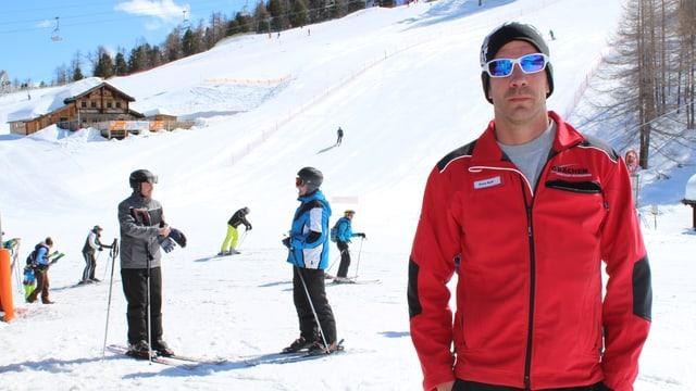 Ein Mann steht auf einer Skipiste
