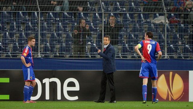 Fabian Frei, Bernhard Heusler und Marco Streller stehen in Salzburg auf dem Spielfeld.
