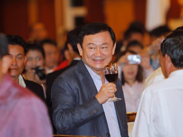 Ex-Premierminister Thaksin Shinawatra mit einem Glas Rotwein an einer Veranstaltung