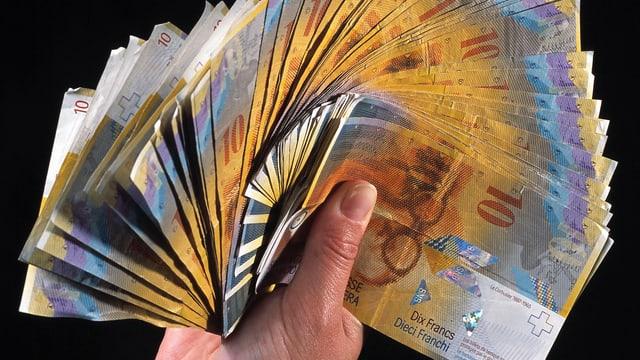 Symbolbild: eine Hand hält einen Fächer aus Banknoten.