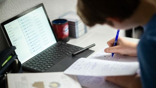 Giuvenil ch'emprenda davant in laptop.