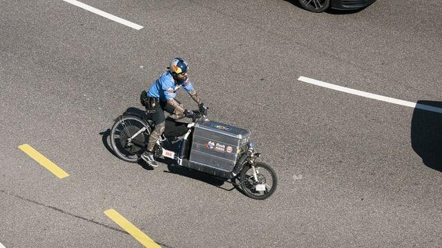 Ein Velokurier mit Cargo-Bike