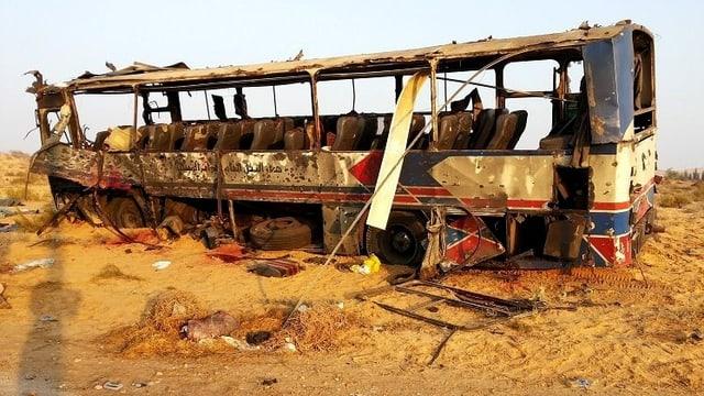 Ein total ausgebrannter Bus steht nach einem Bombenanschlag am Strassenrand.