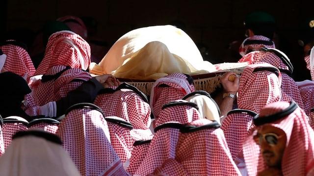 Der Leichnam von Abdullah wird zu Grabe getragen