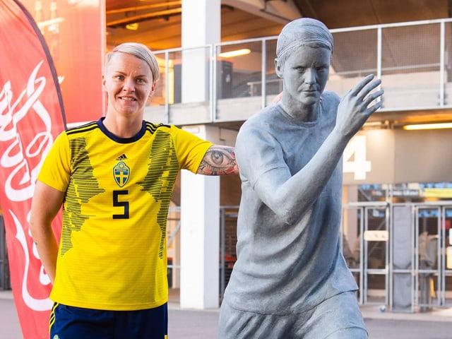 Nilla Fischer posiert mit ihrer (noch intakten) Statue vor dem Stadion von Linköping.