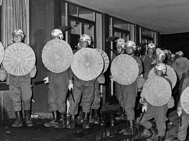 Die Polizei schützt Opernhausbesucher beim Verlassen der Vorstellung am 30. Mai 1980