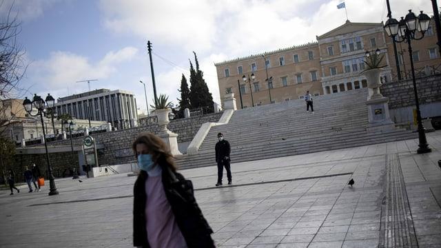 Passanten mit Mundschutz in Athener Innenstadt