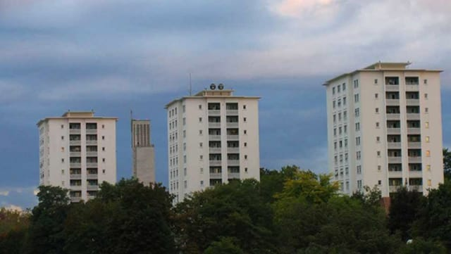 Drei Wohntürme stehen nebeneinander.