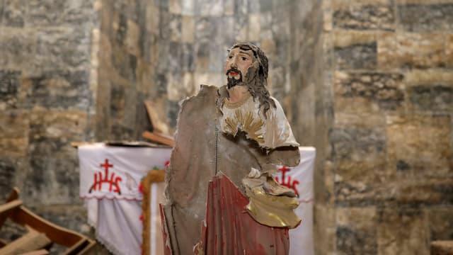 kaputte Jesusstatue in einer Kirche in Irak